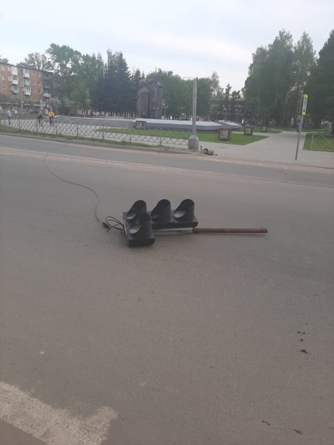 Упавший светофор в Тверской области травмировал 20-летнего мужчину