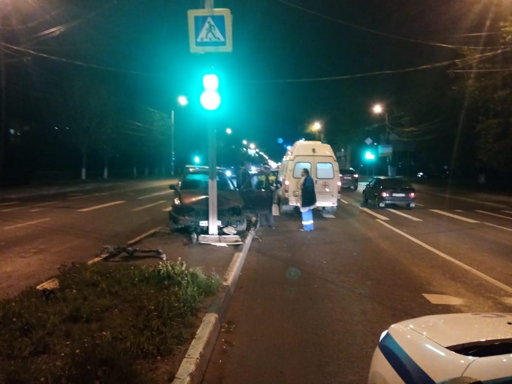 В Твери нетрезвый водитель, который вез ребенка, врезался в столб