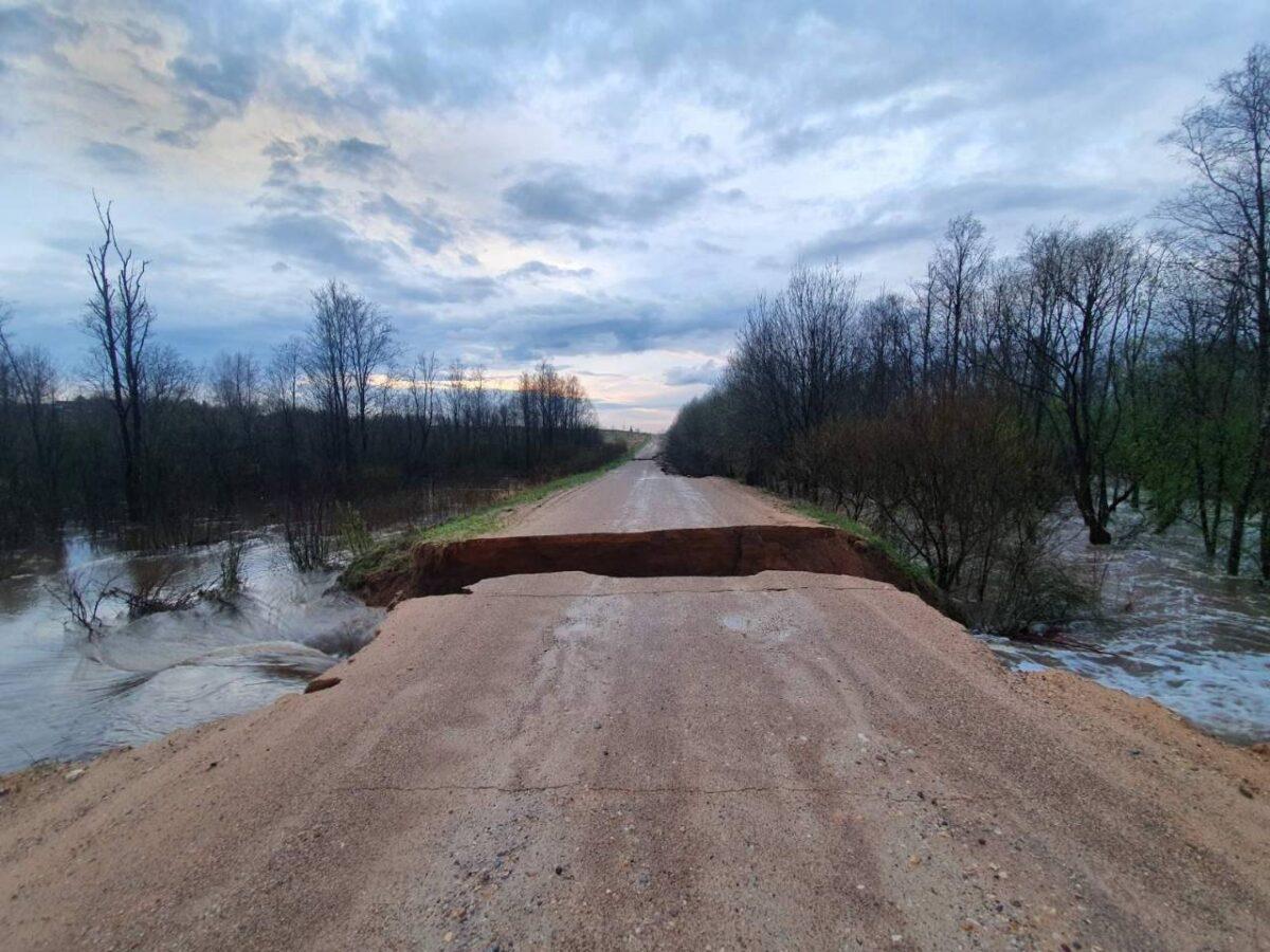 В Тверской области водный поток разрушил дороги
