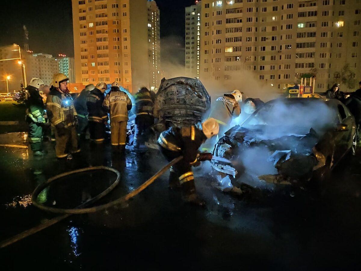 Ночью в Твери пожарные тушили три горящие машины