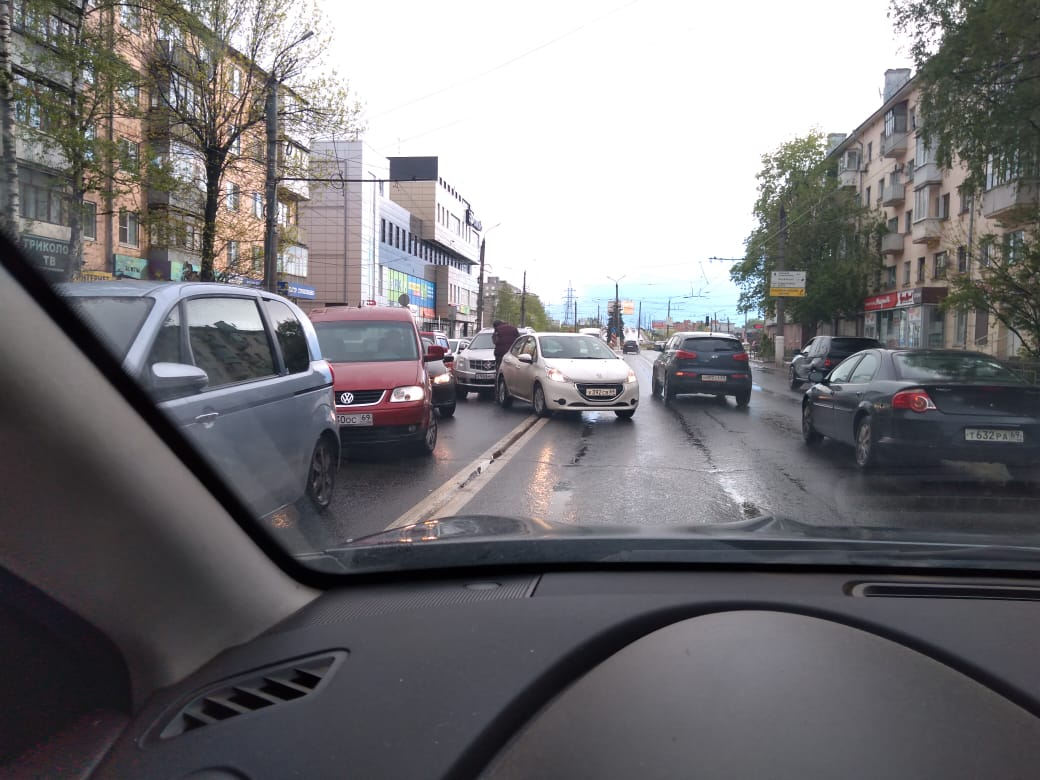 """В Твери мелкая авария спровоцировала пробку перед """"Южным"""" мостом"""