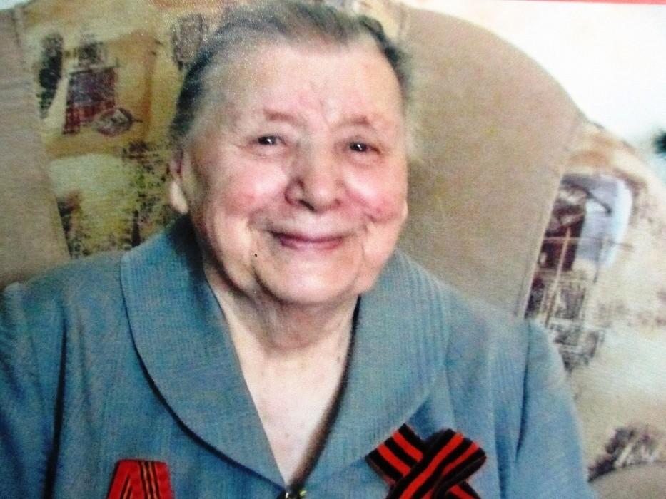 Фронтовичка из Твери Фаина Терентьева принимает поздравления со 100-летием