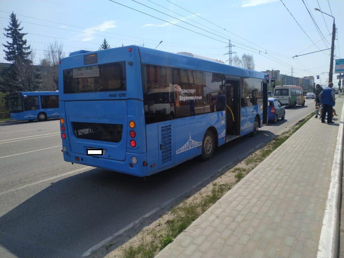 В Твери на Октябрьском проспекте столкнулись автобус и легковушка
