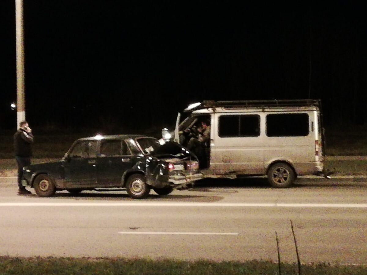 Два отечественных автомобиля ночью не поделили пустую дорогу в Твери