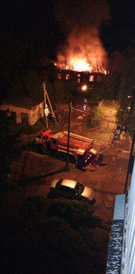 В Конаково Тверской области рядом со школой горел двухэтажный дом