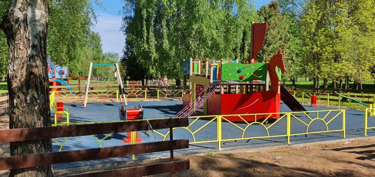В Твери под крылом самолета построили детскую площадку