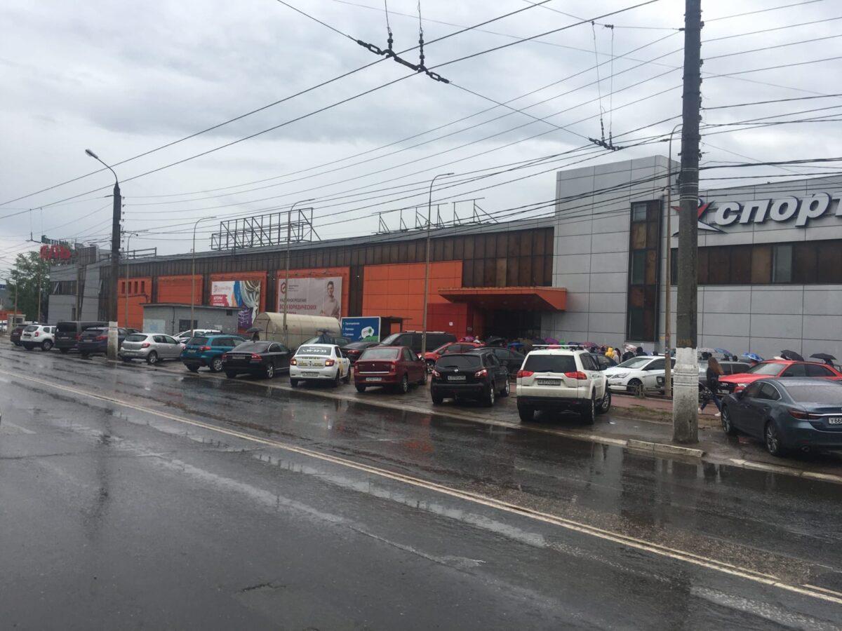 """Перед гипермаркетом """"Карусель"""" в Твери выстроилась огромная очередь"""