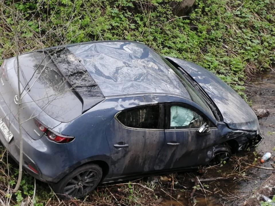 В Твери Мазда вылетела в канаву после столкновения с микроавтобусом