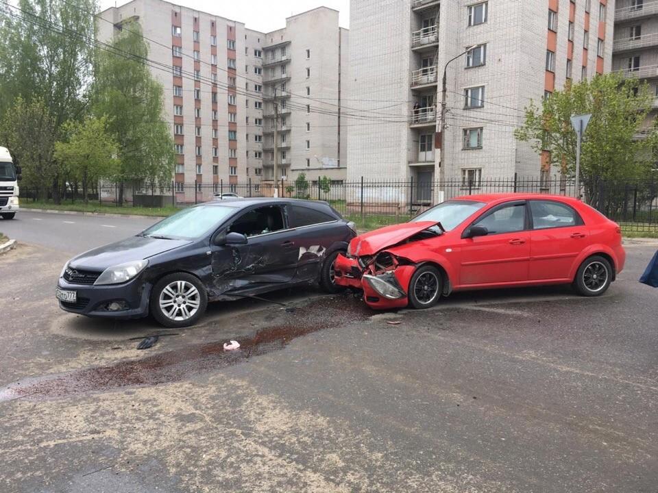 Водитель сломал два ребра в результате аварии в Твери