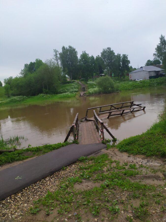 Бурный поток смыл в Кашине Тверской области пешеходные мосты