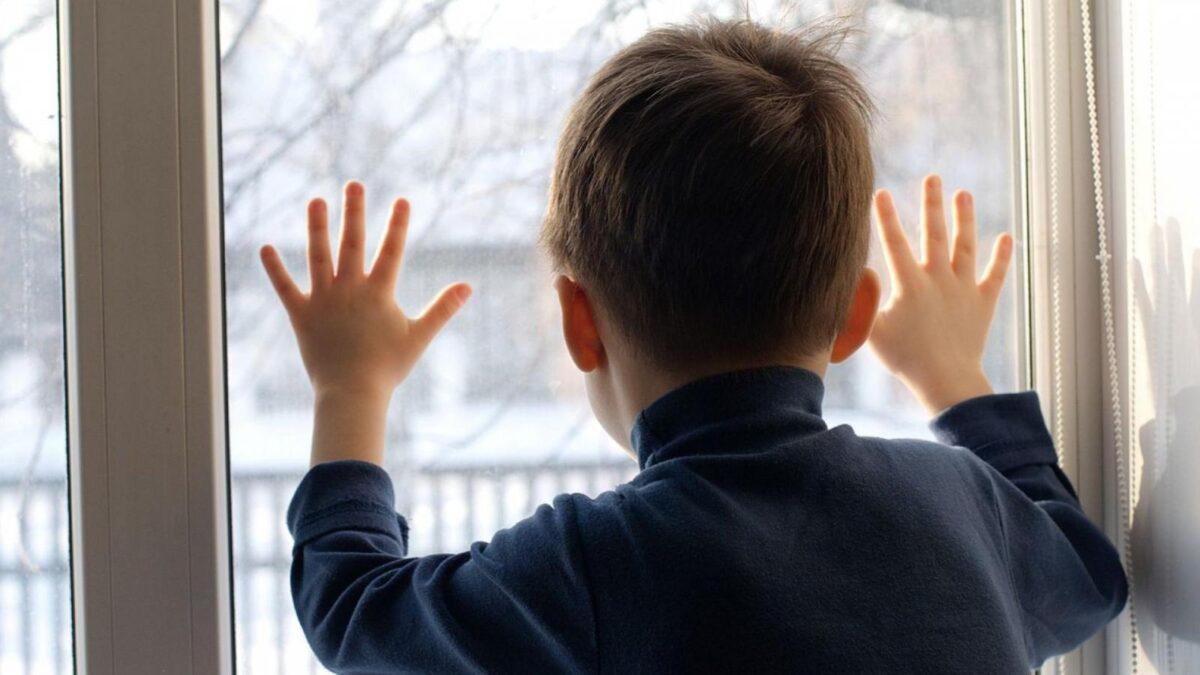 В Твери выясняют обстоятельства падения из окна 7-летнего ребенка