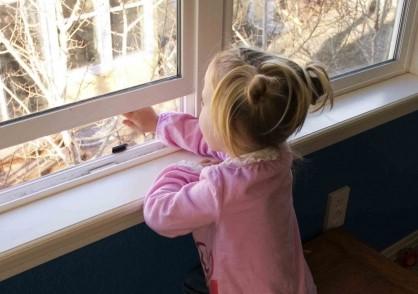 В Твери из окна квартиры выпала трехлетняя девочка