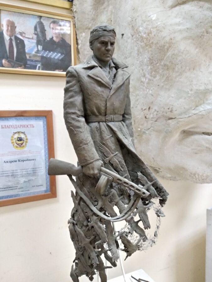 Скульптор рассказал, как бинтовал голову советскому солдату из Тверской области