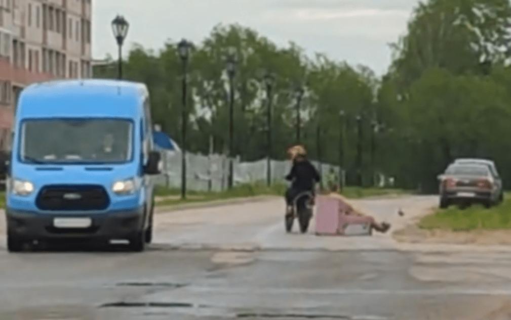 В Твери полуголый мужчина катался по дороге на розовом кресле