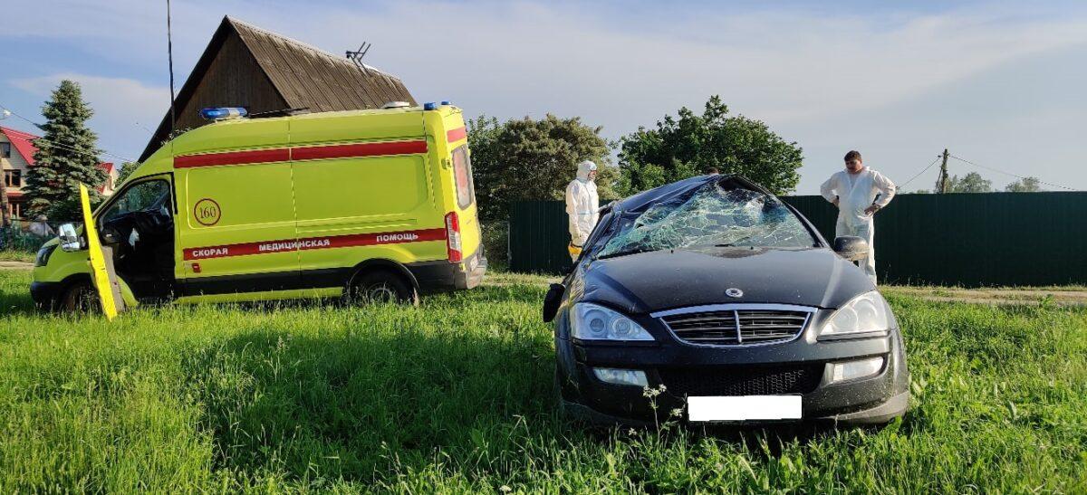 Водитель и пассажир кроссовера бросили его после опрокидывания в Тверской области