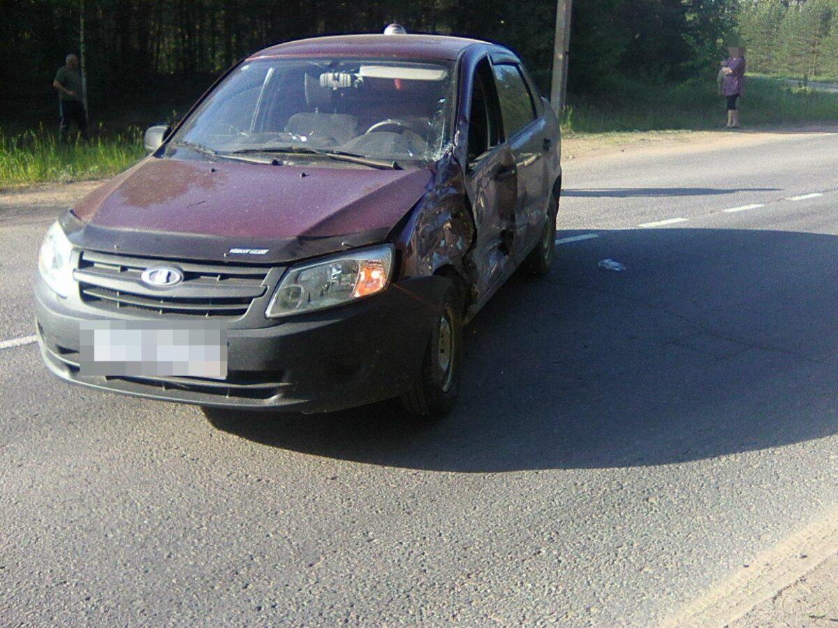 Опубликованы фотографии с места столкновения двух отечественных автомобилей в Тверской области