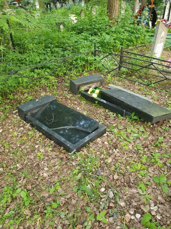 Местные власти возмутились погромом на кладбище в Тверской области