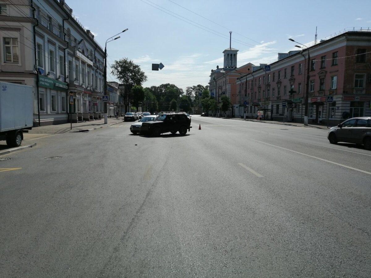 """Водитель """"Нивы"""" бросил машину и убежал после столкновения в Твери"""