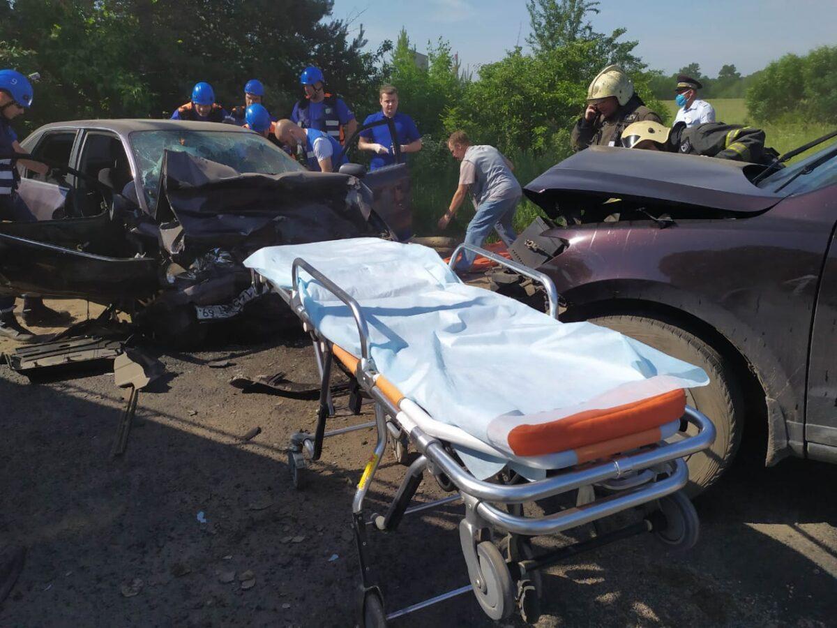 В лобовом столкновении иномарок в Твери пострадали четыре человека