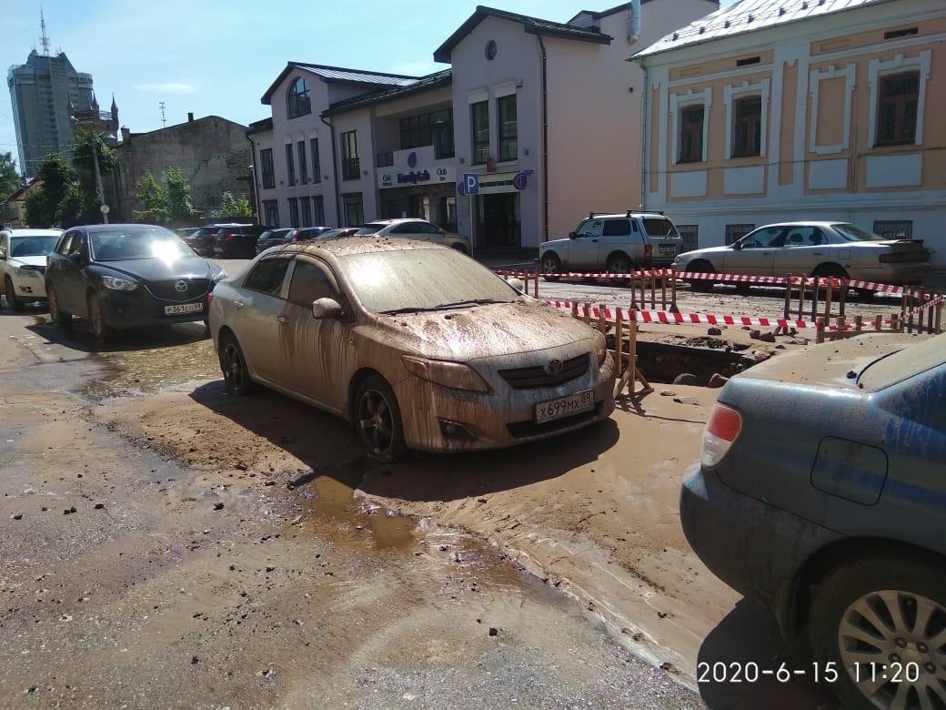 """В Твери из-за коммунальной аварии машины приняли """"грязевые ванны"""""""