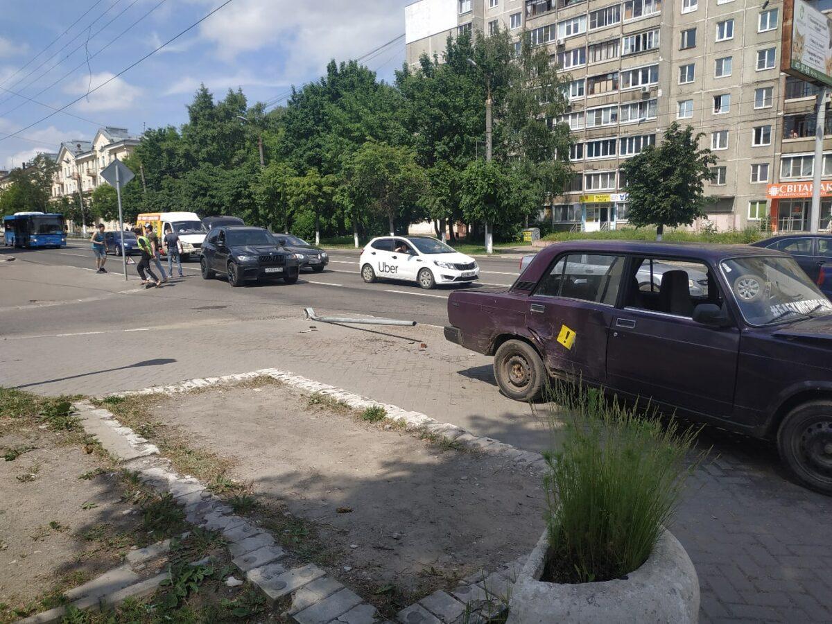 """""""ВАЗ"""" вылетел к автобусной остановке, попутно сбив дорожный знак в Твери"""