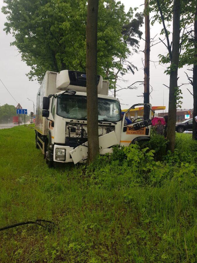 В Тверской области водителю стало плохо - грузовик врезался в дерево