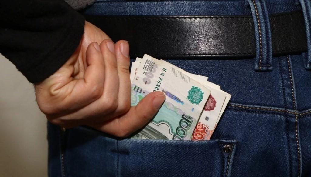 Малознакомый собутыльник унес из квартиры жительницы Тверской области 20 тысяч