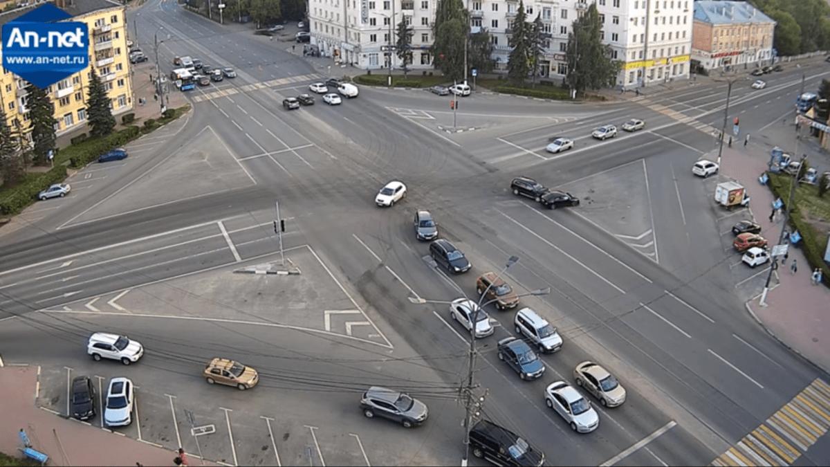 Появилась видеозапись момента ДТП на площади Капошвара в Твери