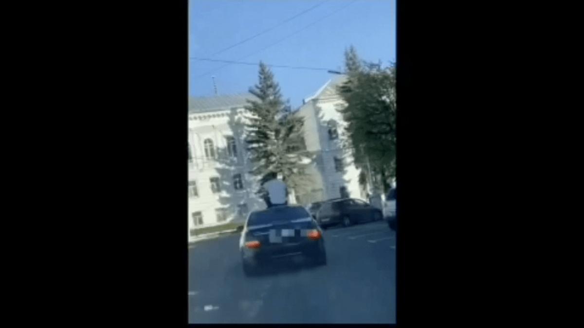 "По улицам Твери мужчина ехал на крыше ""Мерседеса"""