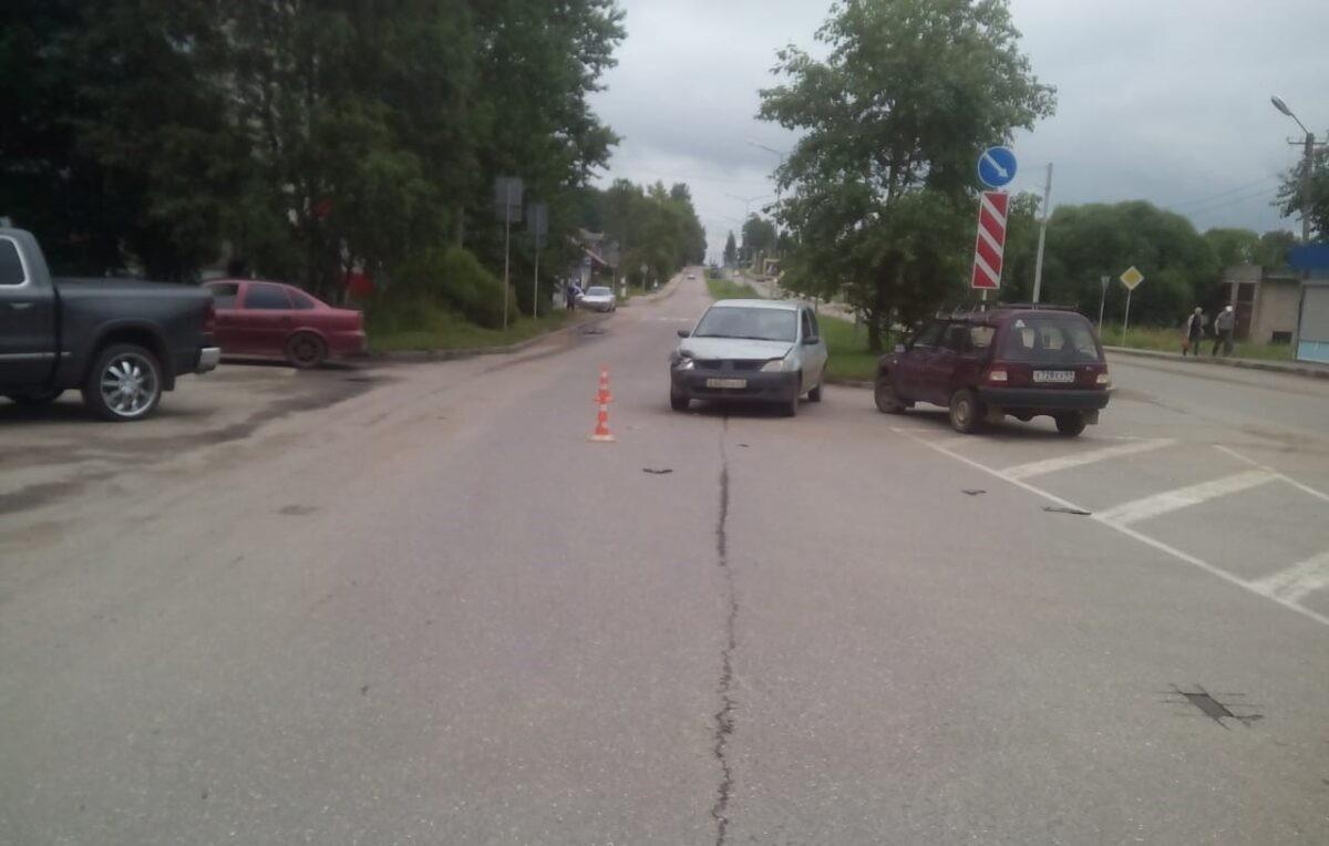Выезжая с парковки, «ИЖ» врезался в «Рено» в Тверской области