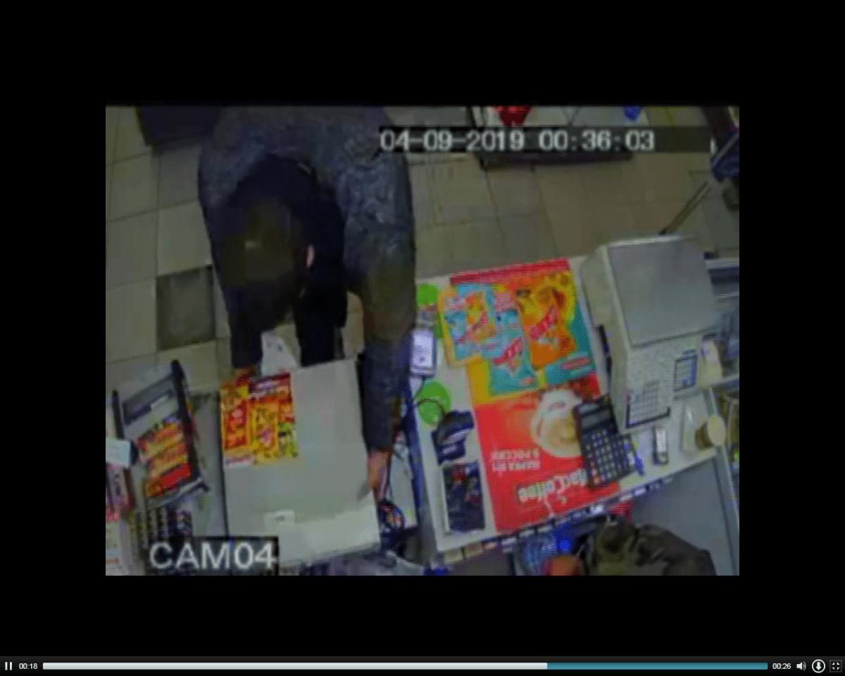 Молодые бандиты в медицинских масках грабили магазины в Твери