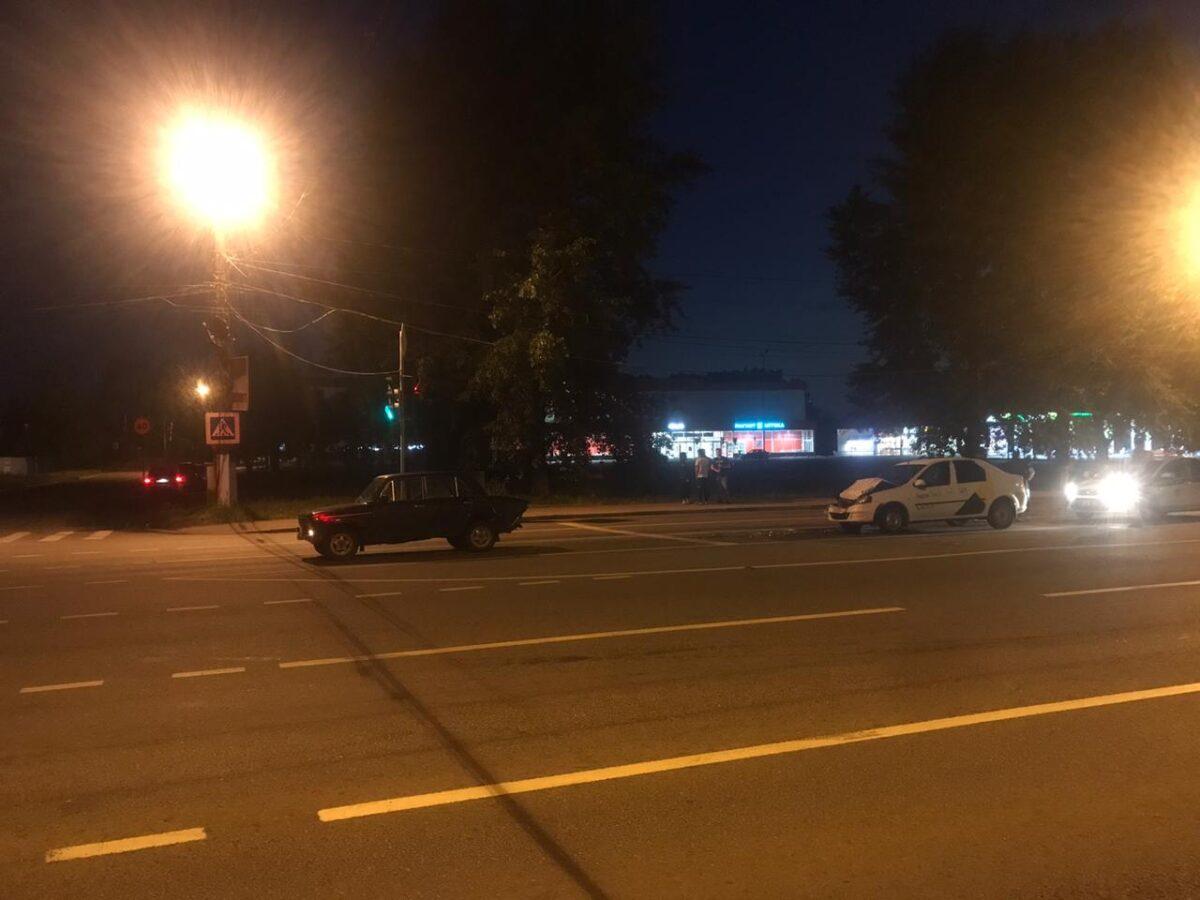 "Молодой таксист протаранил ""Жигули"" на проспекте в Твери"