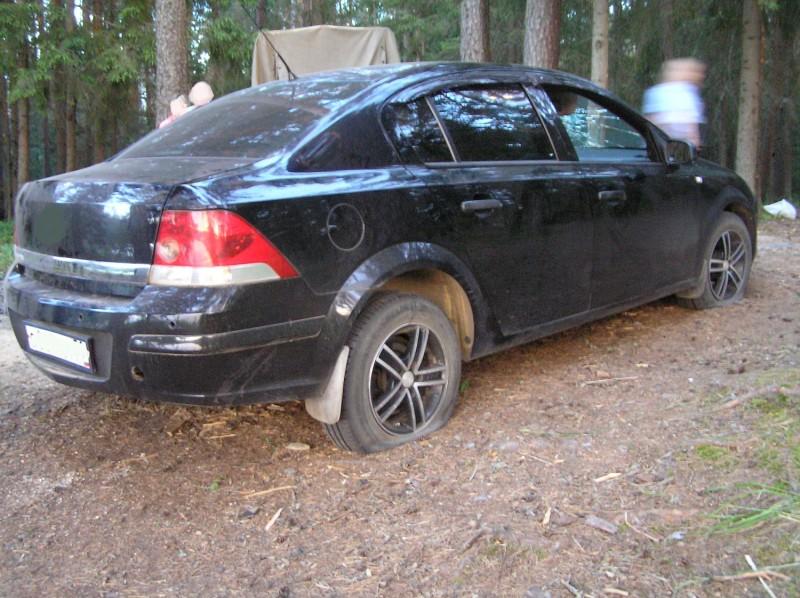 Пьяный мужчина порезал лодку и проткнул колеса в Тверской области