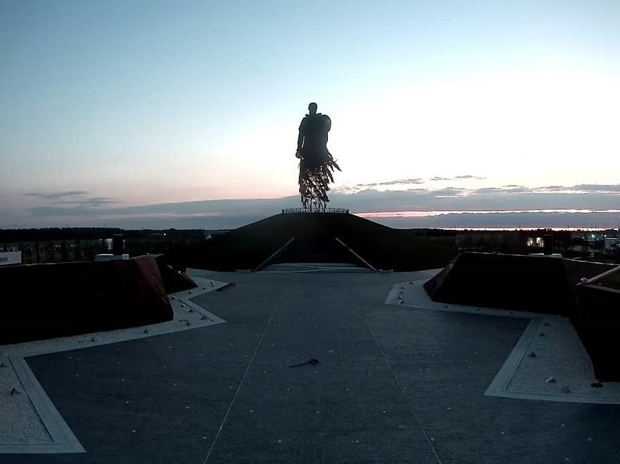 Скульптор опубликовал первую после открытия ночную фотоподборку мемориала в Тверской области