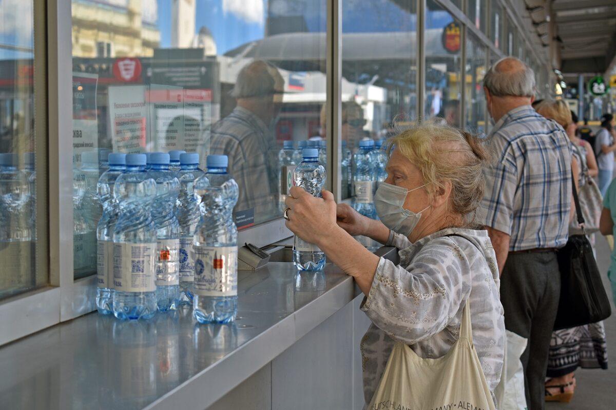 Пассажирам тверских электричек в жару бесплатно раздавали прохладную воду