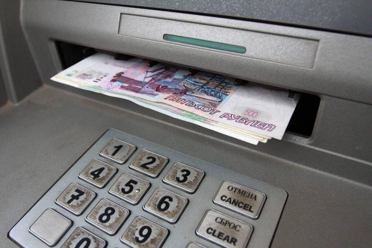 Жительница Тверской области лишилась денег, не дождавшись их из банкомата