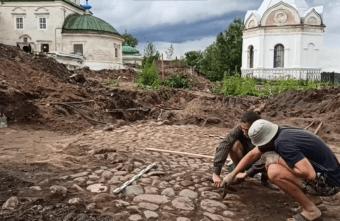Уникальная находка: в Тверской области откопали старинную вымостку площади
