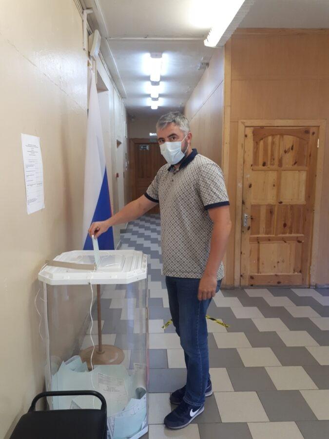Депутат ТГД Сергей Аксенов проголосовал в школе своего округа