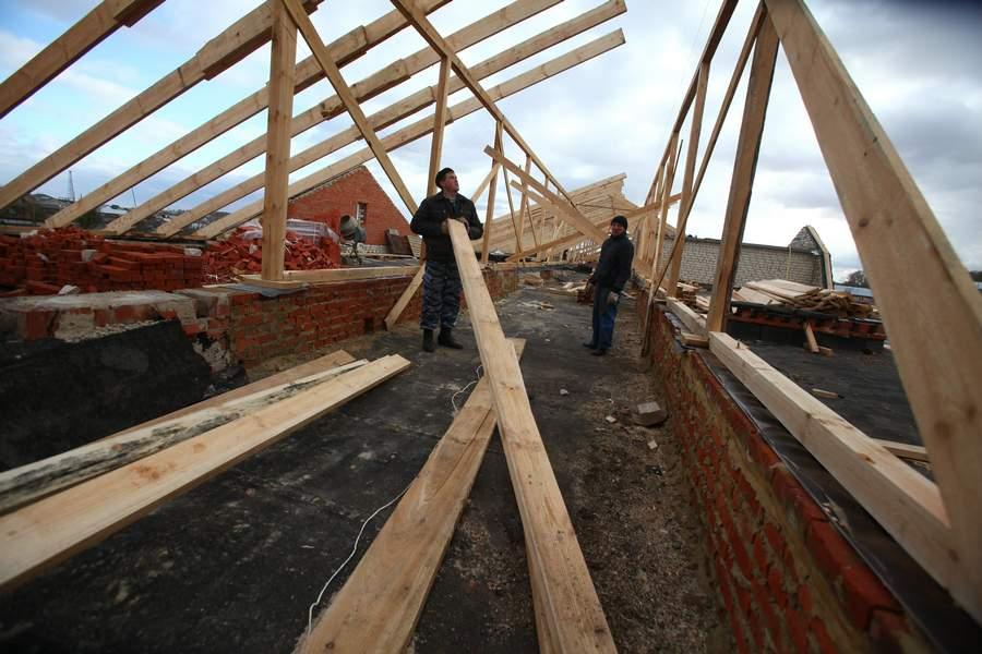Крышу школы в Тверской области ремонтировали прямо над головами детей