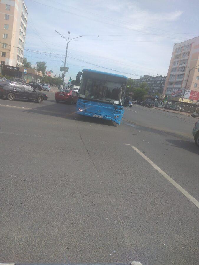 В Твери пригородный автобус врезался в иномарку - есть пострадавшие