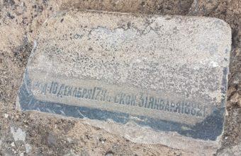 При замене бордюра на набережной в Твери нашли старинные надгробия