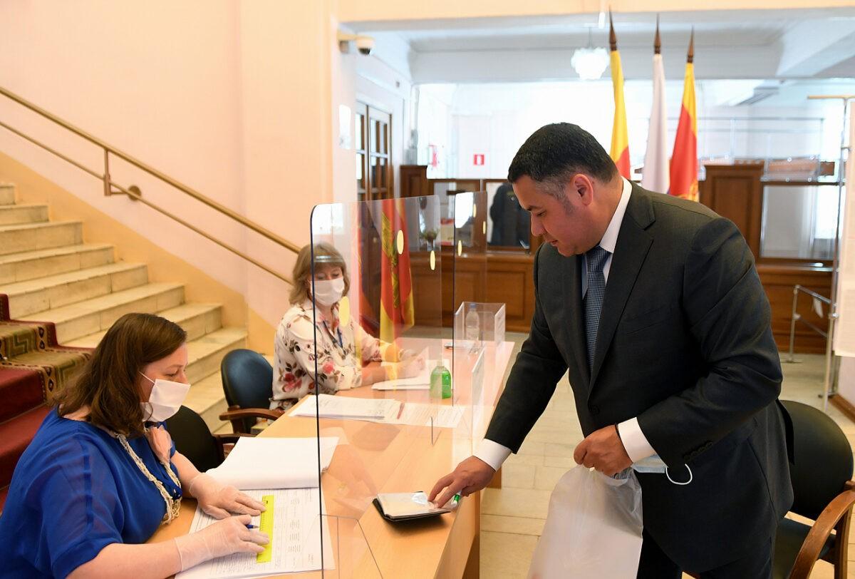 В Твери Игорь Руденя приехал на избирательный участок в областную библиотеку