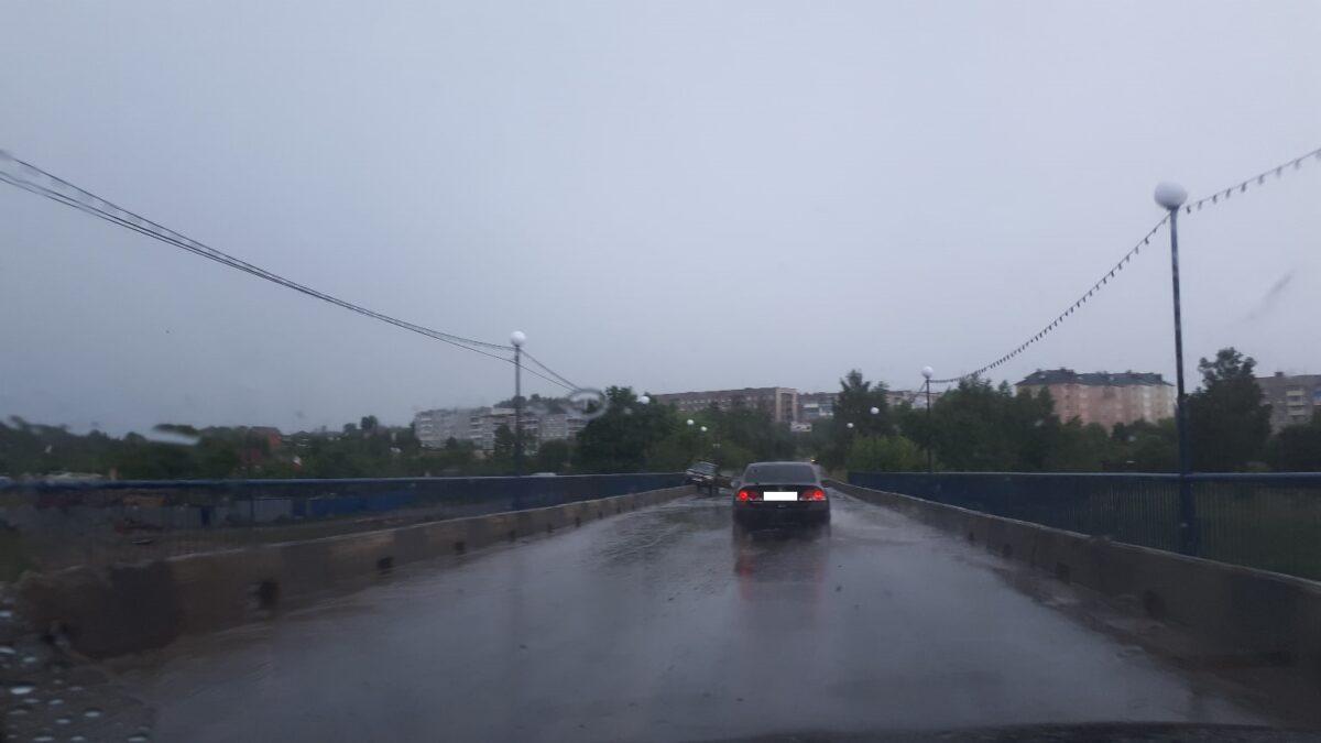 Бабушка на джипе застряла на мосту в Тверской области