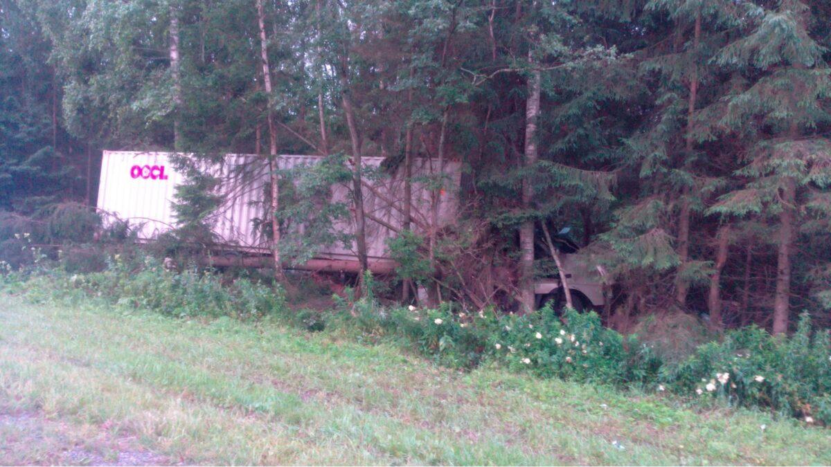На трассе в Тверской области водитель фуры уснул и врезался в дерево