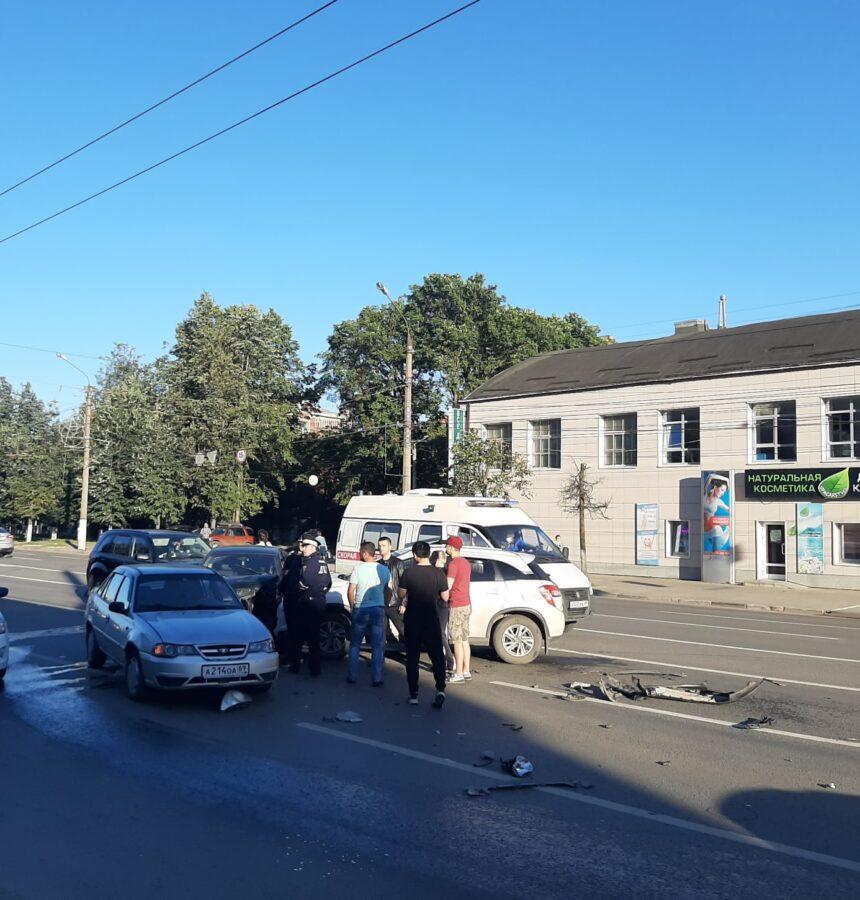 В столкновении 5 машин в Твери пострадала одна женщина