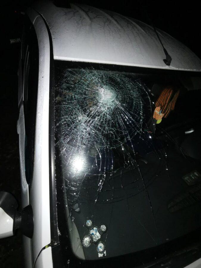 Невменяемый мужчина разгромил машины и побил человека ночью в Твери