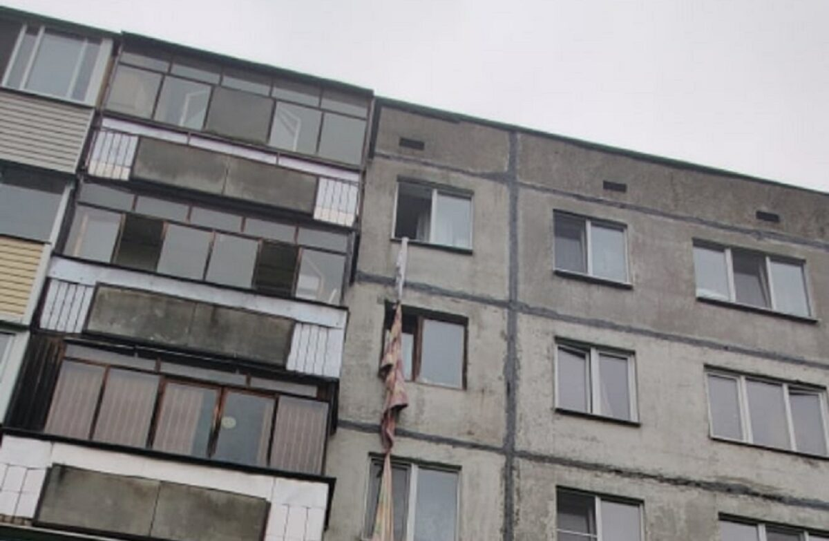 В Тверской области погибла пожилая женщина, спускавшаяся по простыням