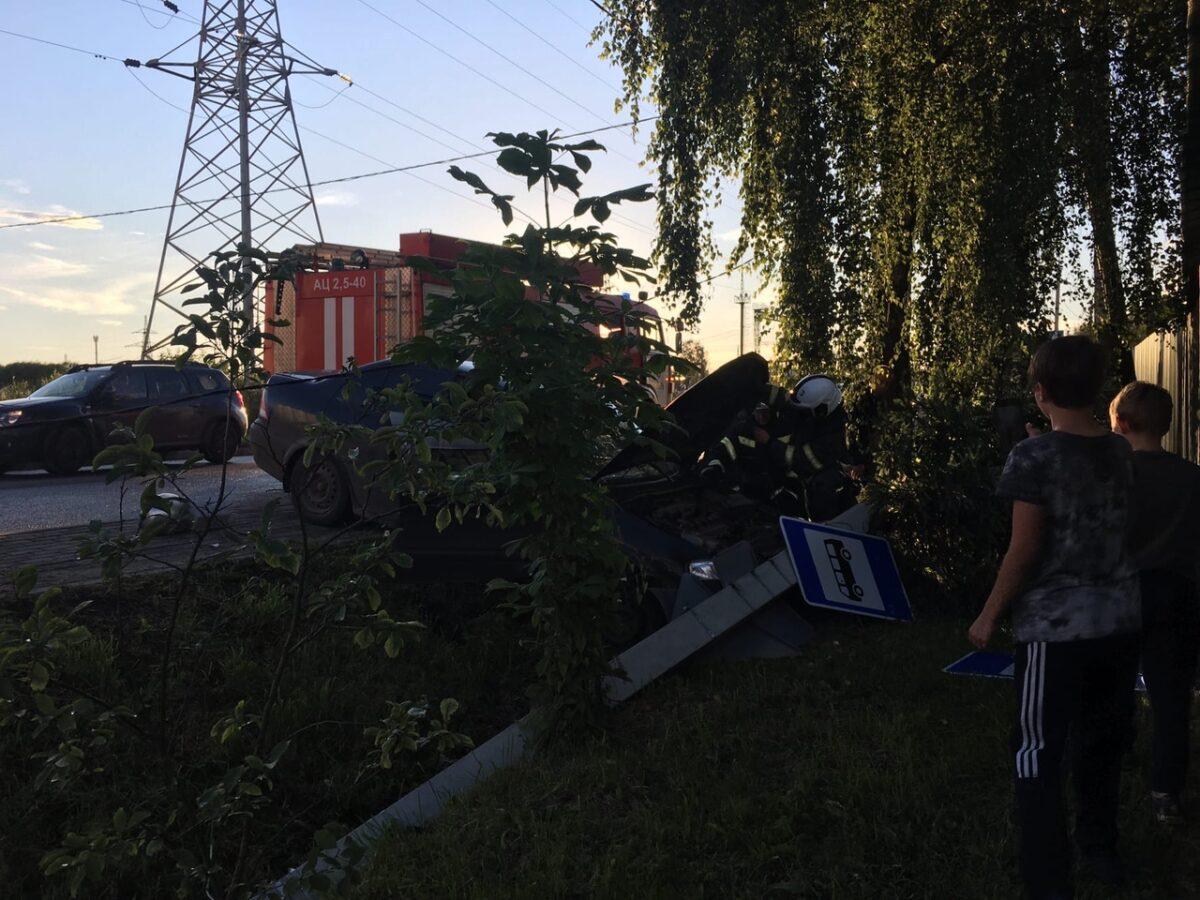 Уходя от столкновения, водитель снёс мачту освещения в Твери