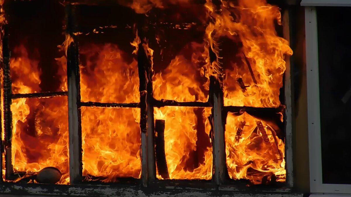 Ночью в Тверской области сгорел деревянный жилой дом