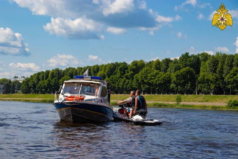 Спасатели ежедневно патрулируют пляжи Тверской области